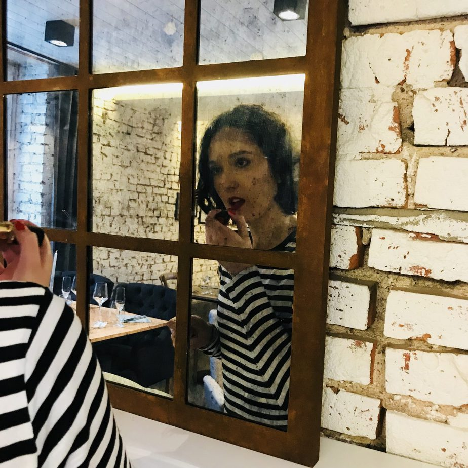 dominika poprawia makijaz 1440x1440