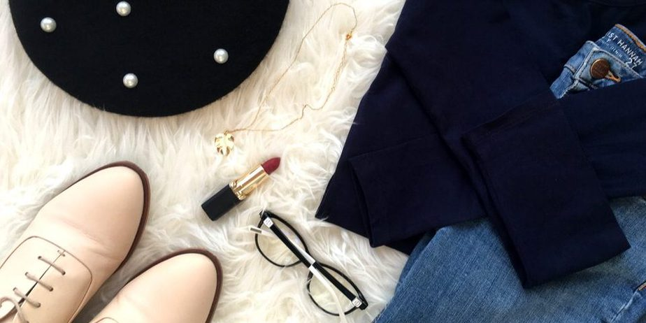 minimalistyczny flat lay - Jak kupować ubrania, by nie tracić pieniędzy?