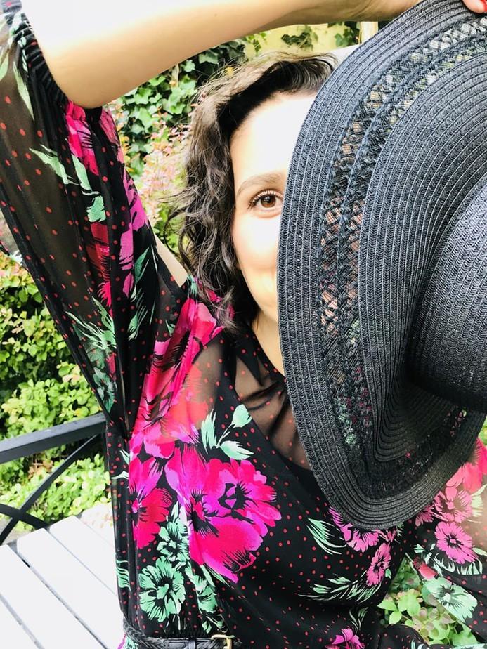 kobieta z kapeluszem - Sukienka w kwiaty stylizacja