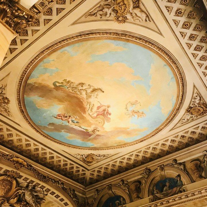 sufit z malowidłem