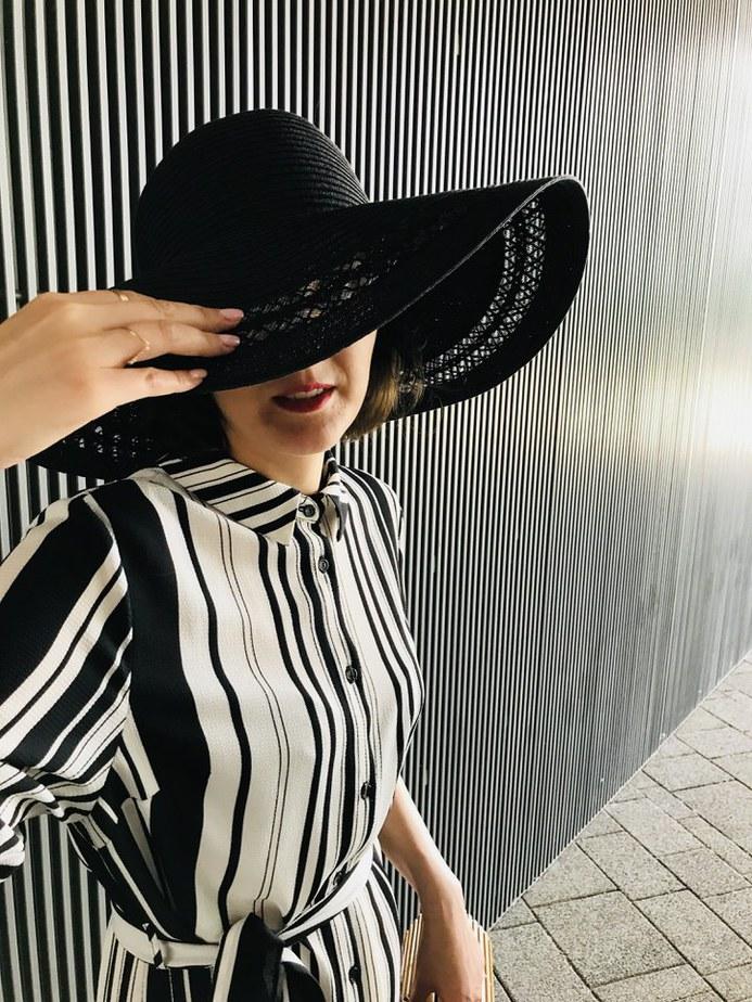 czarny kapelusz przeciwsłoneczny