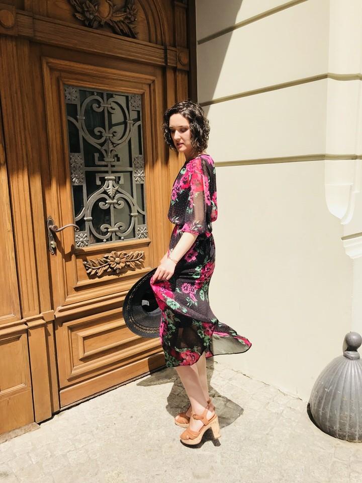 zwiewna sukienka na lato - Sukienka w kwiaty stylizacja
