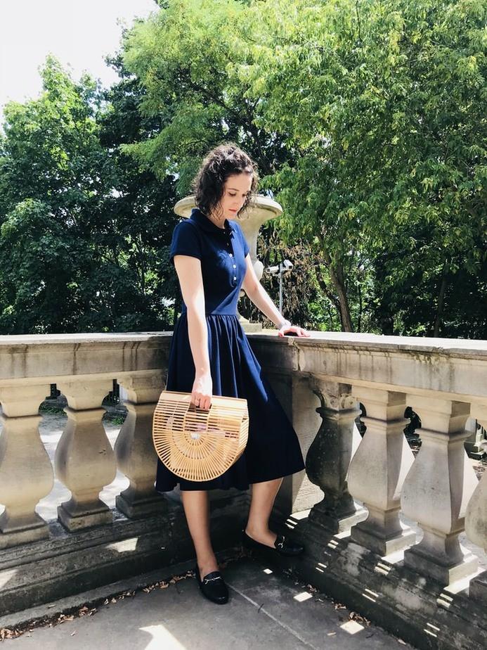 bambusowy koszyk jako dopełnienie stylizacji z sukienką polo