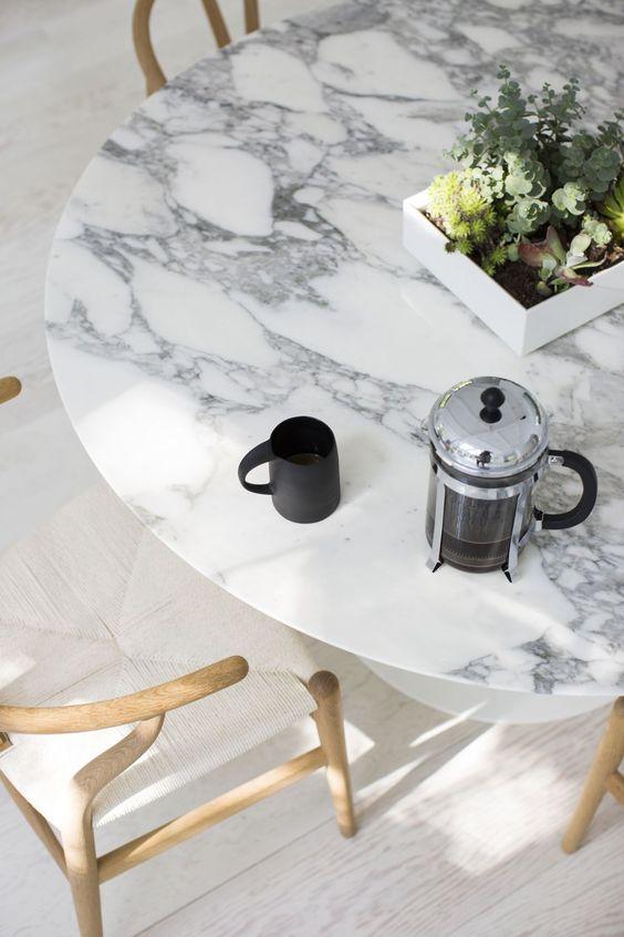 stol z marmurowym blatem