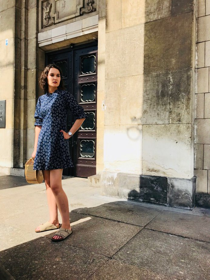 Granatowa sukienka z bufkami