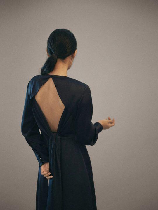 granatowa sukienka z wyciętymi plecami