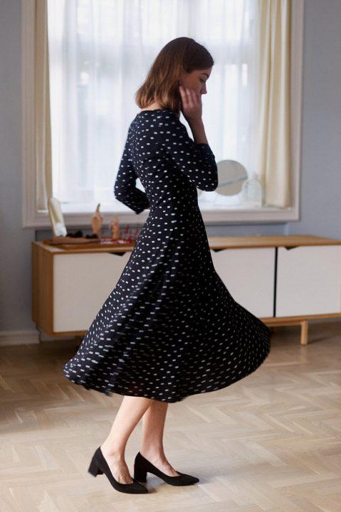 sukienka w grochy za kolano