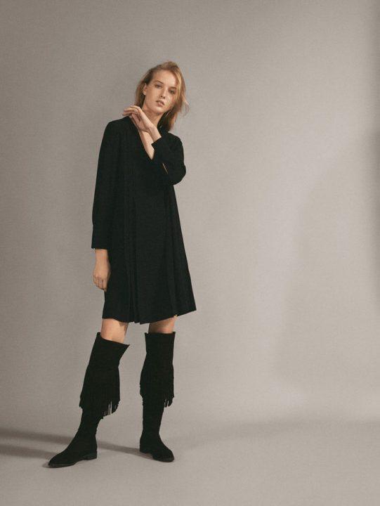 czarna, plisowana sukienka mini z czarnymi kozakami z frędzlami