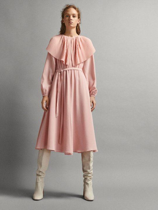 różowa sukienka za kolano z ozdobnym kołnierzem