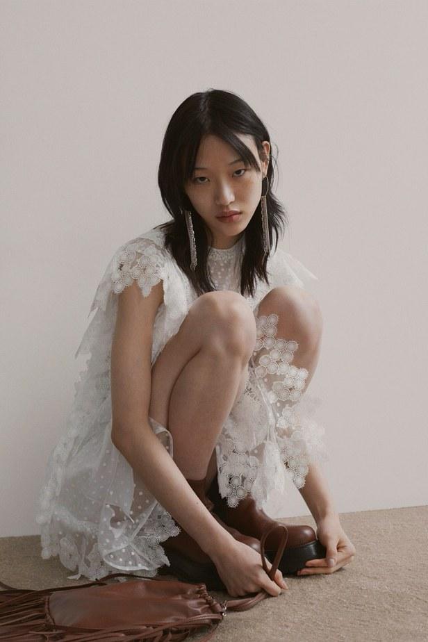 biała sukienka jak nosić jesienią i zimą
