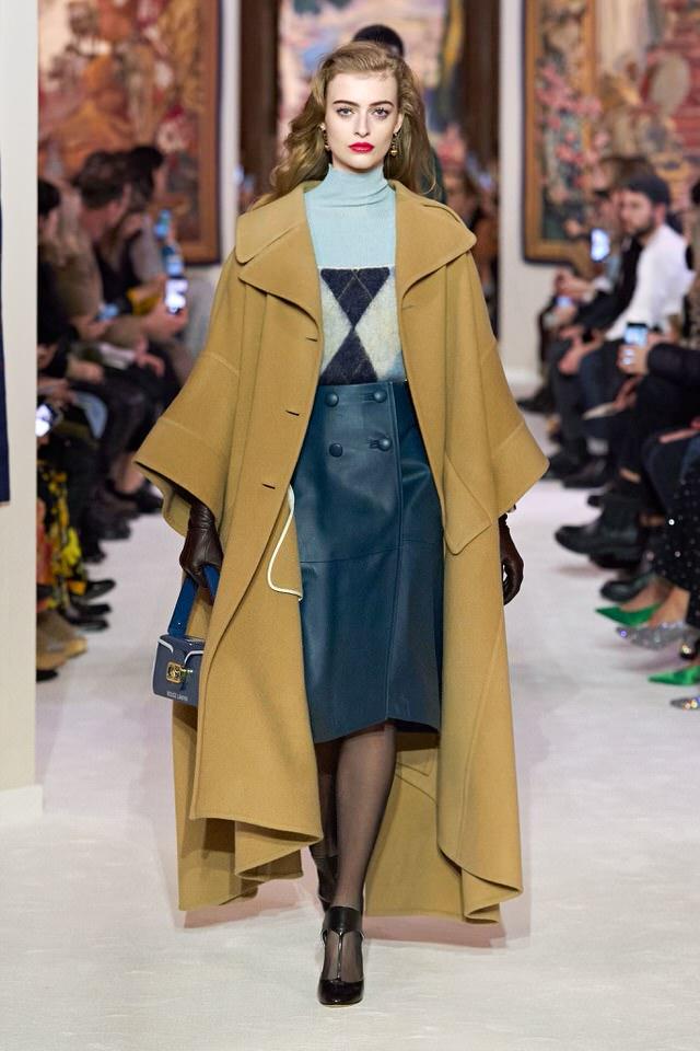 klasyczny beżowy płaszcz