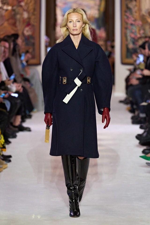 granatowy płaszcz damski z lamówką