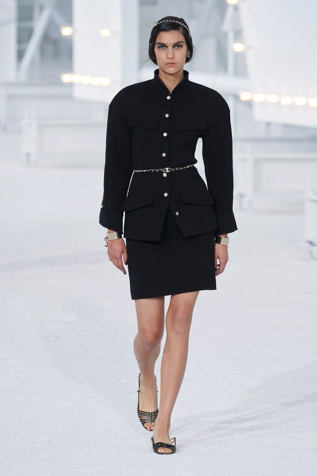 W tym artykule znajdziesz przegląd stylizacji z pokazu Chanel Spring 2021, a także analiza wiosennych trendów i pokazu mody Domu Mody Chanel.